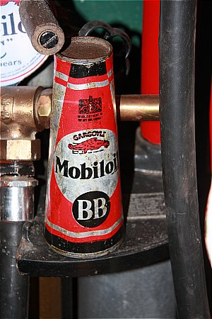 MOBIL PINT OIL CONE - click to enlarge